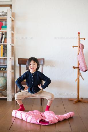 床の上のジャケットと女の子の素材 [FYI01078751]