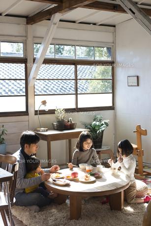 ごはんを食べる家族の素材 [FYI01078759]