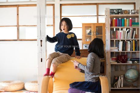 家で遊んでいる子供たちの素材 [FYI01078769]