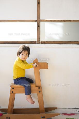 木馬に乗って遊ぶ男の子の素材 [FYI01078773]