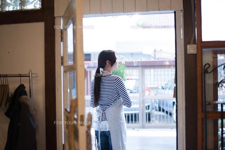 扉の向こうにいる女性の素材 [FYI01078775]