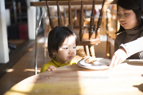 食卓にいる子供たちの素材 [FYI01078780]