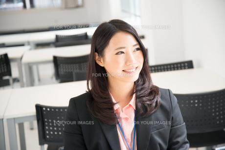 スーツを着て笑っている女性の素材 [FYI01078789]