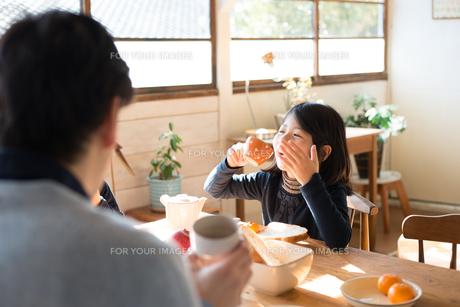 朝食を食べている家族の素材 [FYI01078797]