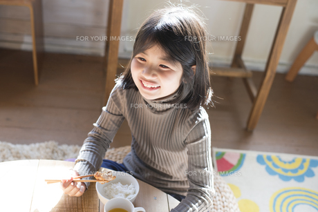 ごはんを食べている女の子の素材 [FYI01078801]