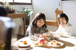 ごはんを食べる姉妹の素材 [FYI01078805]