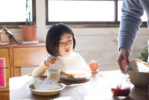 食卓にいる女の子とお父さんの手の素材 [FYI01078807]