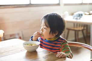 おやつを食べている男の子の素材 [FYI01078813]