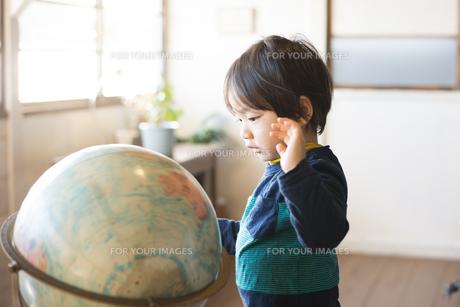 地球儀を見ている男の子の素材 [FYI01078820]