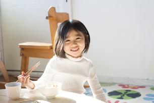 お箸を持っている女の子の素材 [FYI01078822]