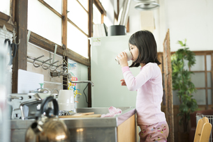 パジャマ姿で水を飲む女の子の素材 [FYI01078828]