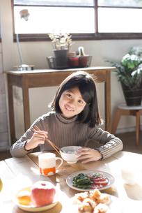 ごはんを食べる女の子の素材 [FYI01078830]