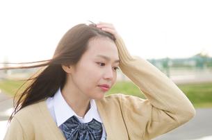 髪をかきあげる女学生の素材 [FYI01078832]