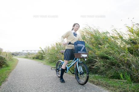 自転車に乗っている女子学生の素材 [FYI01078833]