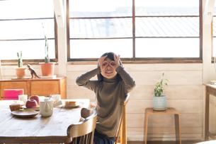 手でメガネを作っている女の子の素材 [FYI01078834]