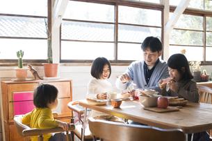 食卓にいる子供たちとお父さんの素材 [FYI01078837]