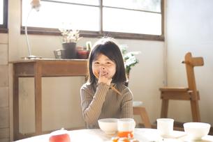食卓にいる女の子の素材 [FYI01078841]