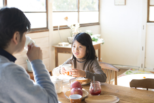食卓にいる女の子とお父さんの素材 [FYI01078847]