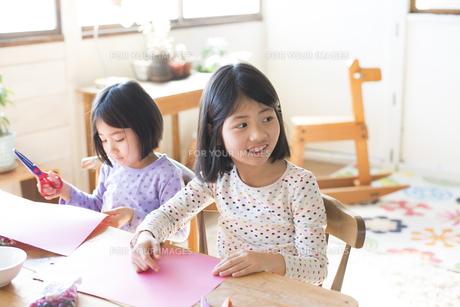 家で遊んでいる姉妹の素材 [FYI01078864]