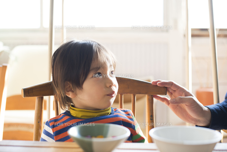 食卓にいる男の子の素材 [FYI01078867]