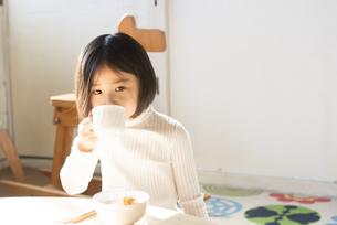 カップを持っている女の子の素材 [FYI01078869]
