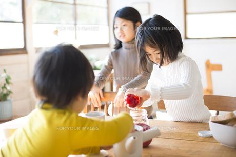 食卓にいる子供たちの素材 [FYI01078871]