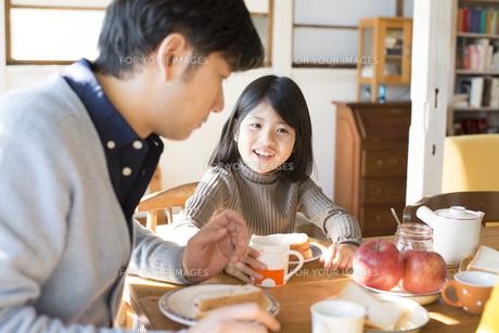 食卓にいる女の子とお父さんの素材 [FYI01078872]