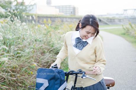 自転車を引いている女子学生の素材 [FYI01078877]