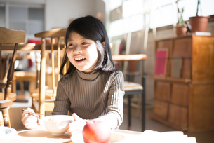 食卓で笑っている女の子の素材 [FYI01078881]