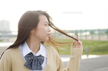 髪をいじる女学生の素材 [FYI01078882]