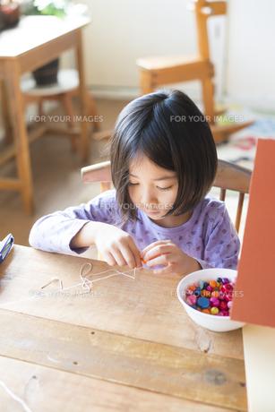 ビーズで遊んでいる女の子の素材 [FYI01078890]