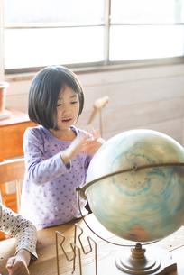 地球儀を見ている女の子の素材 [FYI01078898]