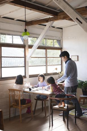 家で遊んでいる家族の素材 [FYI01078901]