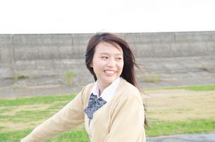 制服姿で笑う女性の素材 [FYI01078903]