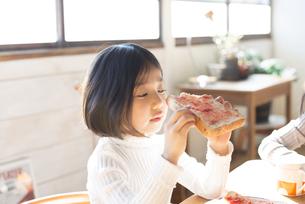 トーストを持っている女の子の素材 [FYI01078907]
