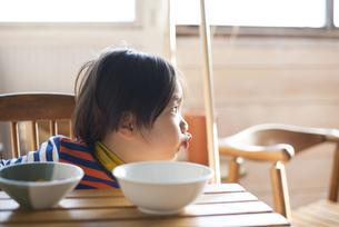 食卓にいる男の子の素材 [FYI01078919]