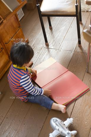 本を広げている男の子の素材 [FYI01078920]