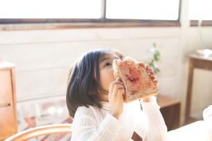 トーストを食べている女の子の素材 [FYI01078927]