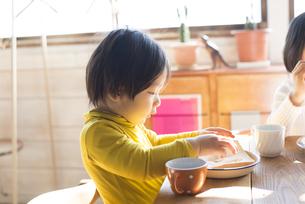 食卓にいる男の子の横顔の素材 [FYI01078933]