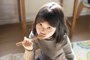 唐揚げを食べている女の子の素材 [FYI01078935]