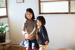 家で遊んでいる子供の素材 [FYI01078939]