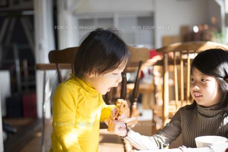 食卓にいる子供たちの素材 [FYI01078944]