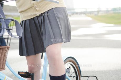 自転車に乗っている女学生の足の素材 [FYI01078945]