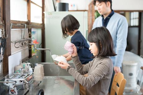 台所で水仕事をしている子供たちの素材 [FYI01078959]