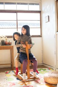 家で遊んでいる子供たちの素材 [FYI01078972]