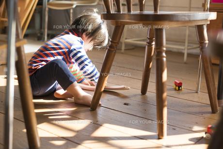 テーブルの下で遊ぶ男の子の素材 [FYI01079001]