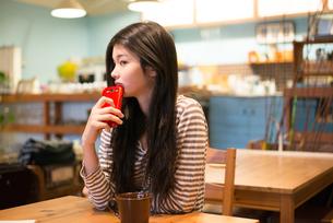カフェで携帯電話を持っている女性の素材 [FYI01079023]
