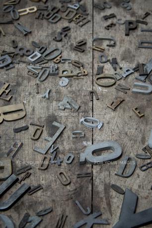 古板の上の金属ロゴの素材 [FYI01079057]