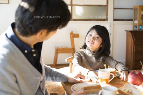 食卓にいる女の子とお父さんの素材 [FYI01079072]