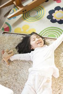 パジャマ姿で伸びをする女の子の素材 [FYI01079086]